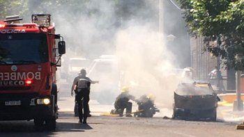 Susto: un auto se incendió en pleno centro de Neuquén