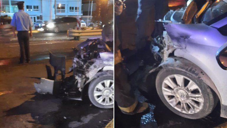 El fuerte choque entre un auto y un camión tuvo lugar en el cruce de Ruta 22 y Linares.
