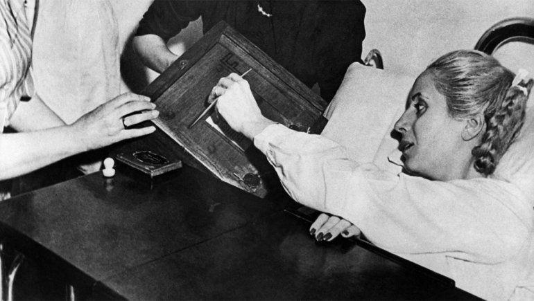 Evita emite su voto en la cama del hospital. Cuatro años antes impulsó la Ley 13.010.