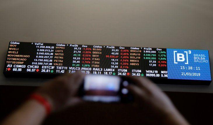 Imagen de archivo de una persona tomando una fotografía de una pantalla que desplega los valores de las acciones en la bolsa B3 de Sao Paulo
