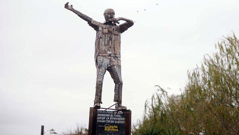 Inauguran una escultura en homenaje al Indio Solari en La Matanza