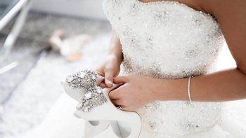 Viral: 1500 cubrebocas reciclados se usaron para crear un vestido de novia.