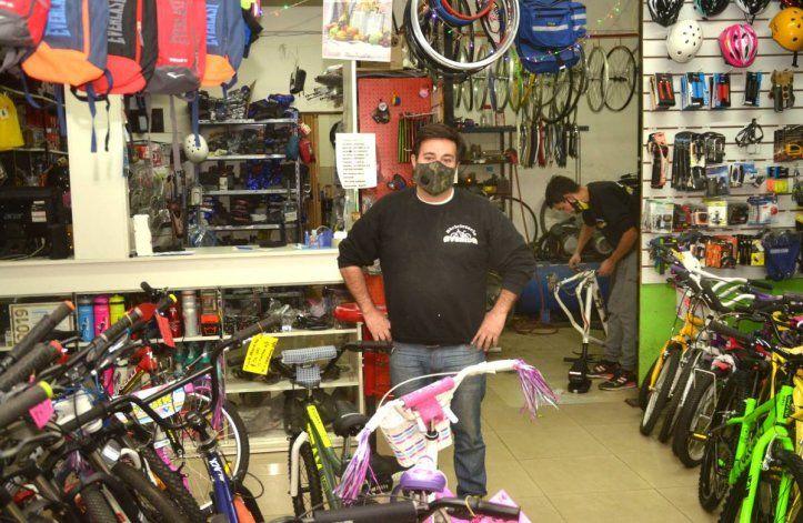 La iniciativa solidaria de un bicicletero para ayudar al hospitalde Cipolletti