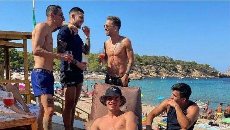 El Huevo Acuña disfruta con sus compañeros de la Selección Argentina de las playas de Ibiza.