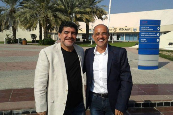 Arcucci junto a Diego. El periodista más cercano al 10.