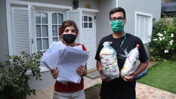 campana: reciclan papel y lo venden para ayudar a merenderos