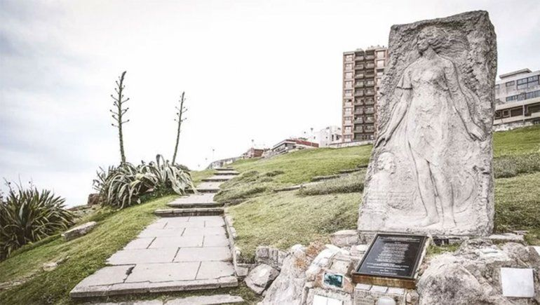 Monumento en homenaje a Alfonsina Storni en Mar del Plata.