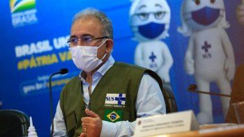 ministro de brasil sigue con covid