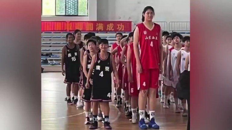 La promesa del básquet chino: tiene 14 años y mide 2,26 metros