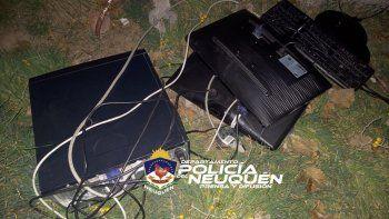 Los pescaron robando computadoras de un jardín y huyeron