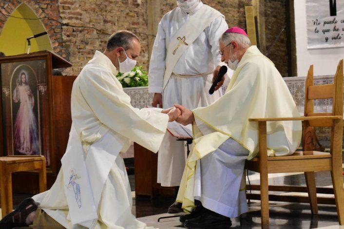 Es viudo, padre de dos hijos y se convirtió en sacerdote
