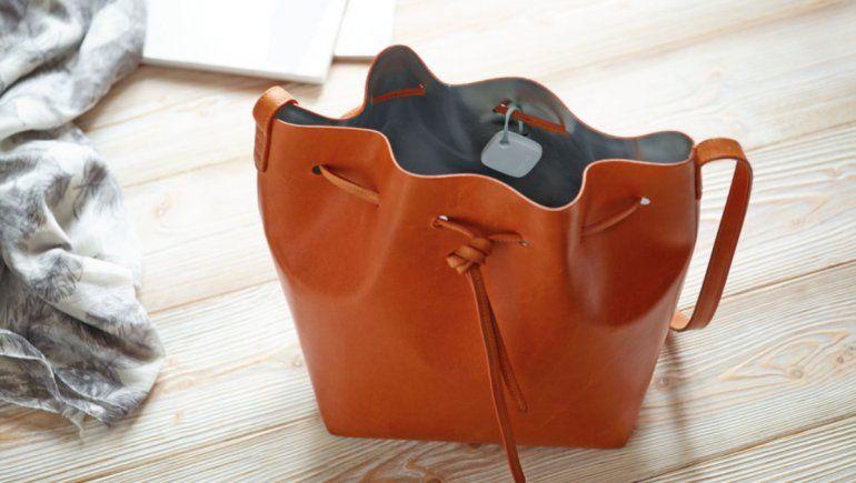 TikTok: mujer descubrió que tenía un dispositivo de rastreo en su bolso.   Foto referencial.