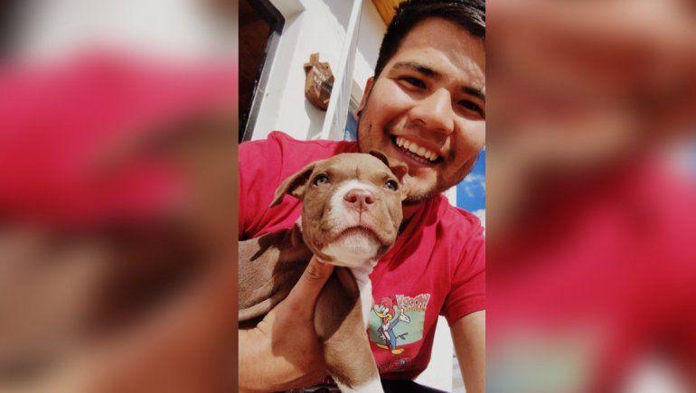 Nicolás, feliz con su perro Máximo.