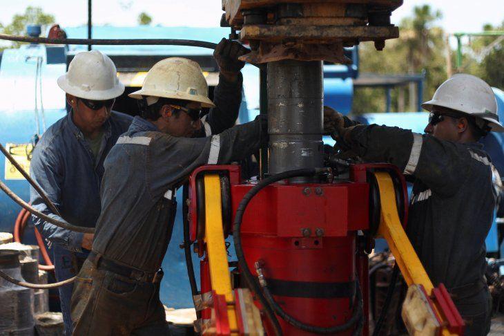 Foto de archivo. Trabajadores en un campo petrolífero con un taladro en una plataforma de extracción de la compañía estatal ecuatoriana Petroamazonas