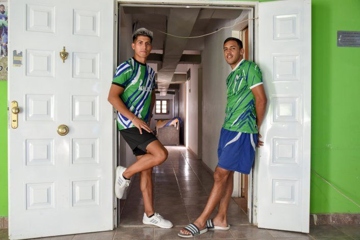 Alan Gramajo y José Ríos en la puerta de la pensión de Maronese.