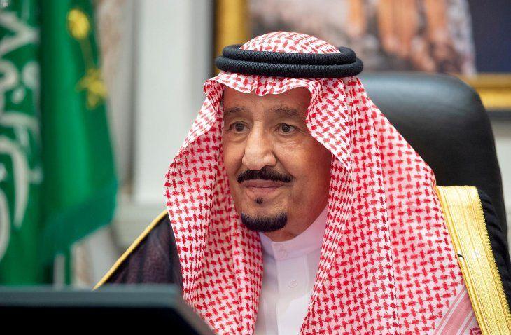 FOTO DE ARCHIVO: El rey Salman bin Abdulaziz de Arabia Saudita asiste a una reunión virtual del gabinete en Neom, Arabia Saudita, el 18 de agosto de 2020. Foto tomada el 18 de agosto de 2020.  Saudi