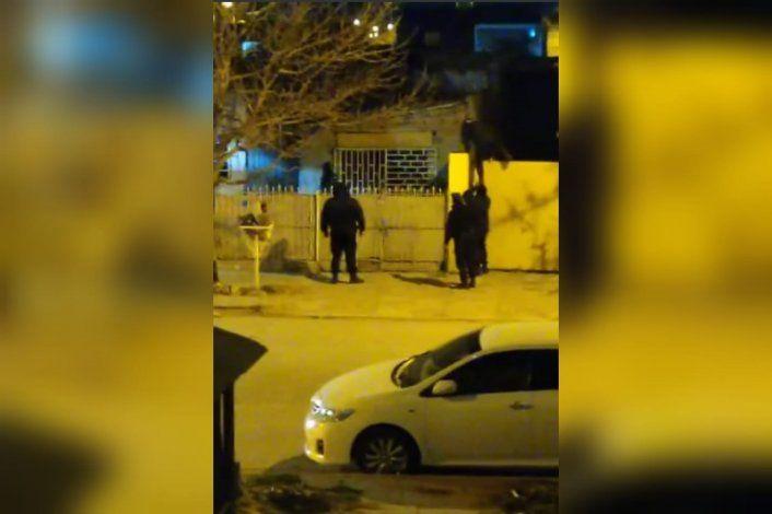 Video: policías en acción buscan por los techos a dos ladrones
