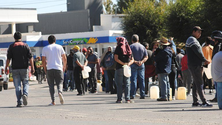 Vecinos de Zapala esperan por combustible.
