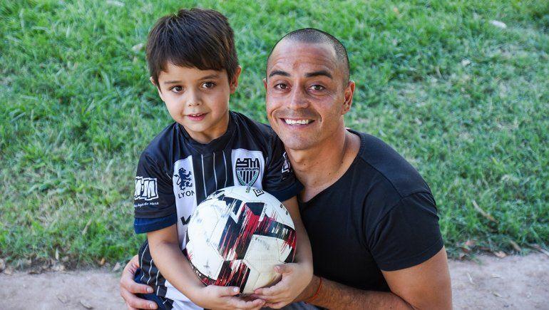 Padre e hijo, la misma pasión por el fútbol y por el albinegro. (Omar Novoa)