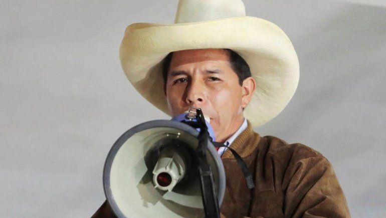 Ajustadísimo ballotage en Perú: Castillo pasó al frente