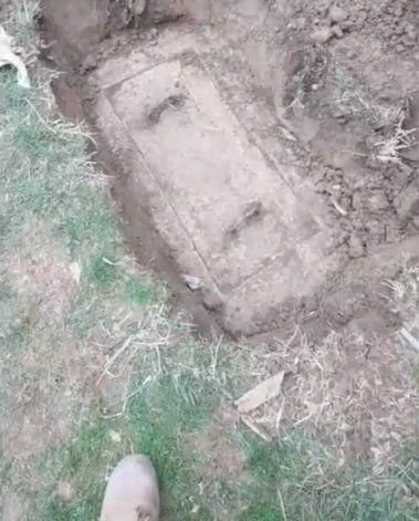 TikTok: la desagradable sorpresa que se llevó un hombre al abrir una caja que encontró enterrada en su jardín