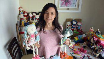 Con sus muñecos de tela crea un mundo de ilusión y fantasía