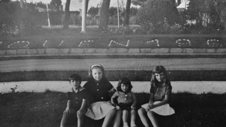 Los cuatro descendientes de Mario y María, en la vereda de la gobernación del Neuquén, en la década del 60.