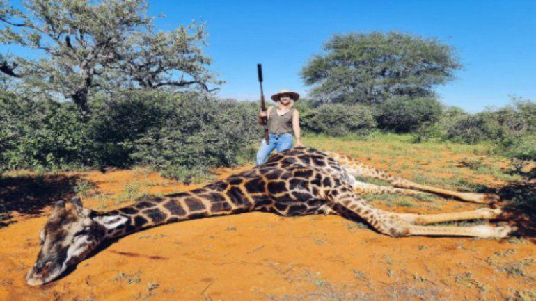 Facebook: una mujer es repudiada por cazar a una jirafa y posar con su corazón
