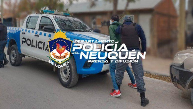 Un nombre que tenía tres pedidos de captura fue demorado por la Policía en el sector 26 de Agosto.