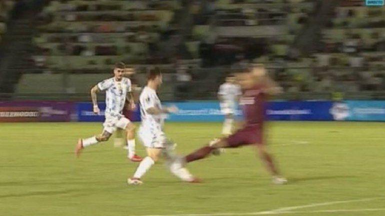 El audio del VAR sobre la brutal patada que casi fractura a Messi