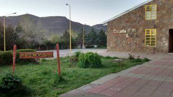 Docentes recorren 30 kilómetros en El Huecú para llevar tareas a sus alumnos