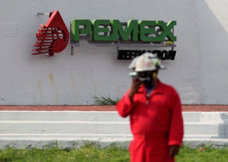 FOTO DE ARCHIVO. El logo de la petrolera estatal mexicana Pemex aparece durante una protesta contra la propuesta de un senador de cerrar la refinería de Cadereyta como medida para reducir los niveles