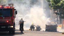 susto: un auto se incendio en pleno centro de neuquen