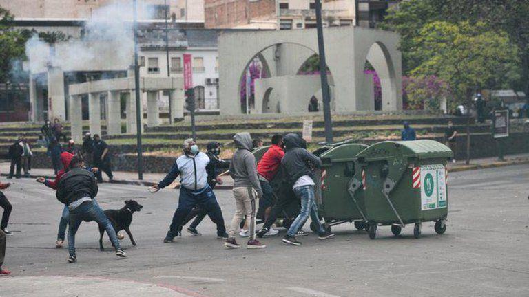 La imagen del hombre mortero se dio en una violenta protesta de municipales en Córdoba por recortes salariales.