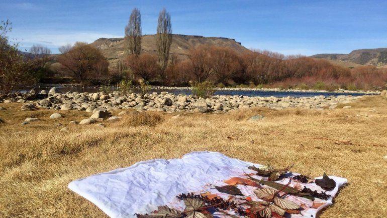 Diseñar en el entorno natural. Ain aprovecha la costa del río para estampar las telas