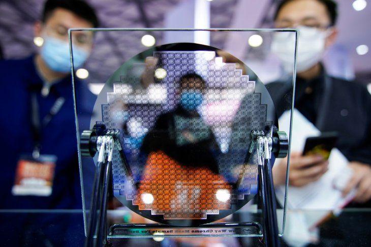 Visitantes miran un aparato semiconductor en exhibición en Semicon China