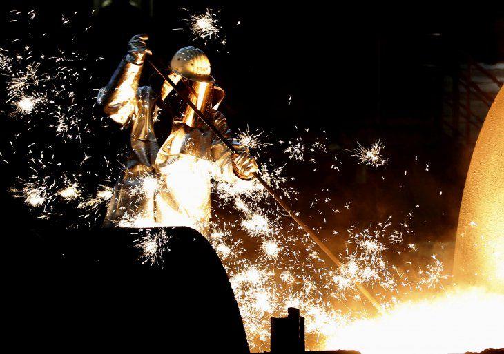 FOTO DE ARCHIVO: Un trabajador siderúrgico del conglomerado industrial alemán ThyssenKrupp AG en Duisburgo