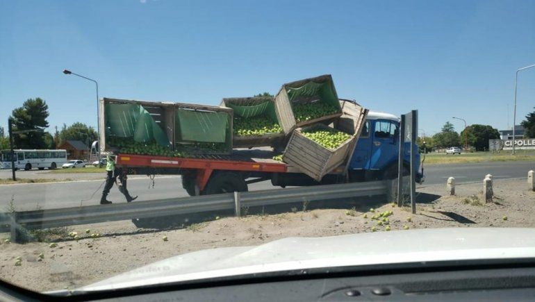 Ruta 22: se desbalanceó la carga y volaron las peras