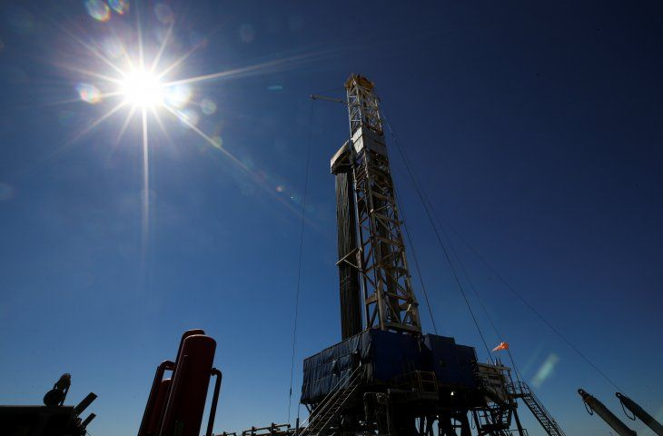 Foto de archivo - Una plataforma de perforación de gas y petróleo en la zona de  Vaca Muerta