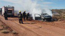 Los bomberos tuvieron que acudir para apagar el fuego en el auto del binomio Ochoa-Basoalto (Foto: Cutral Co al instante).