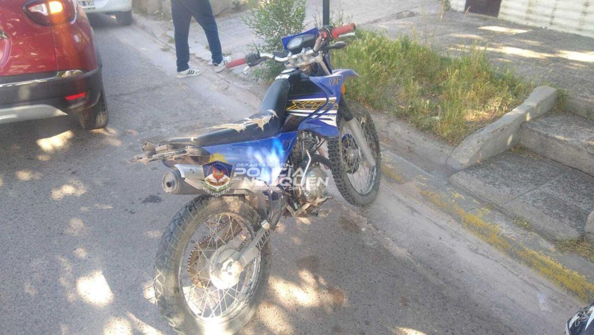 motociclista no vio que un auto freno y se lo llevo puesto