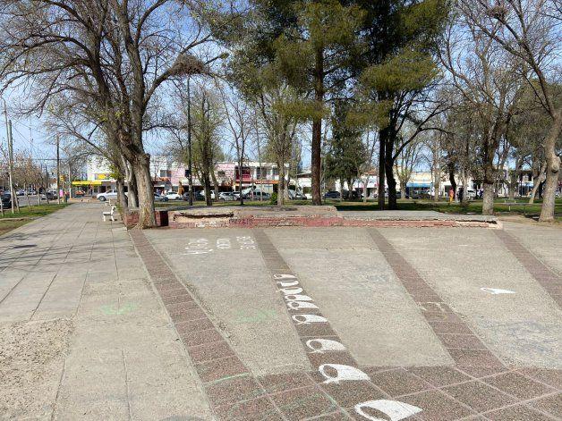 Así luce actualmente la Plaza San Martín de Plottier, frente al Municipio.