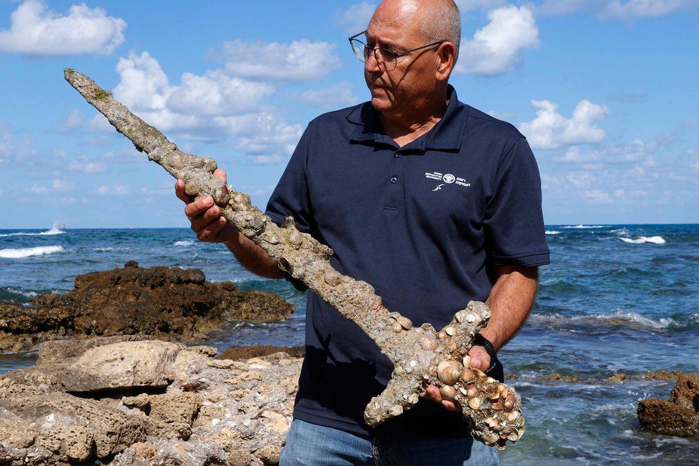 tesoro en el fondo del mar: buzo encontro una espada medieval