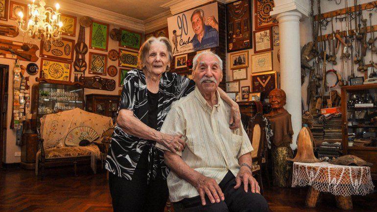 María y Mario, en museo que tienen en el living de su casa.