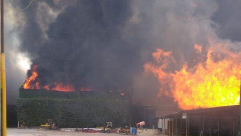 Así se ve el voraz incendio de la empresa Cervi desde el aire