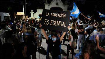 nuevas protestas frente a la quinta olivos en contra de las restricciones
