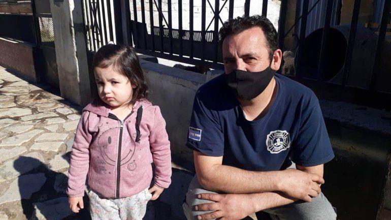 La pequeña Martina junto al bombero Sanhueza