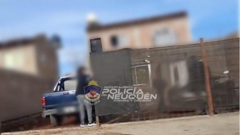 Dejó su camioneta estacionada, le rompieron un vidrio y le robaron todo