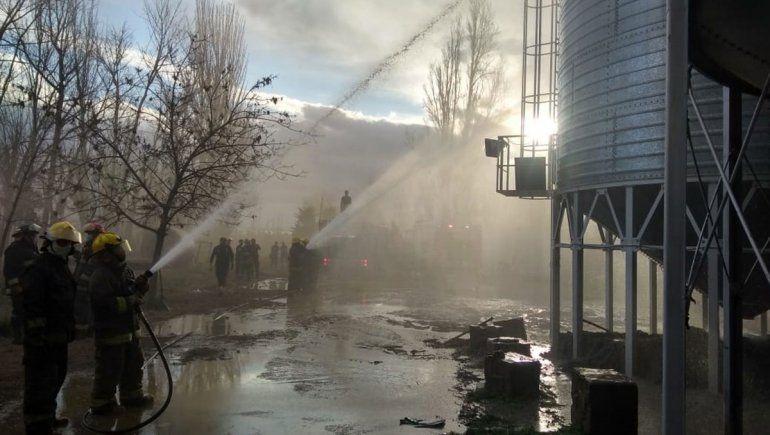 Tras 30 horas, no pueden apagar el incendio de un silo
