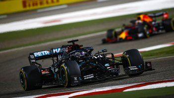 Lewis Hamilton ganó la caótica carrera de la Fórmula 1 en Bahréin.